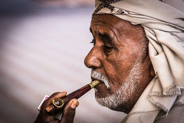 パイプをすうイスラム教徒の男性
