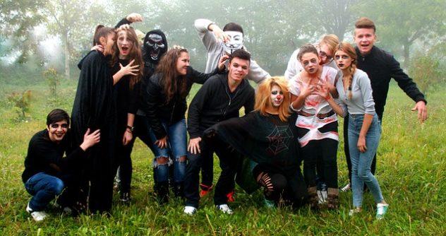 ハロウィンを楽しむグループ