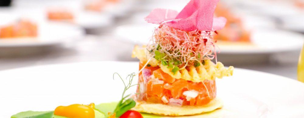 【前菜】タスマニアサーモンのタルタル メークインのクレープとゴーフル シトロンベールの香り
