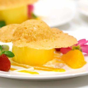 【デザート】パッションフルーツのムース トロピカルフルーツとホワイトチョコレートのソース