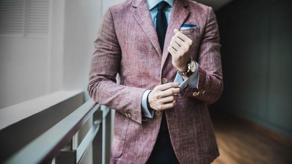 ジャケット・ネクタイを着用している男性