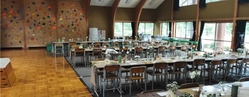 会場は、勉強机を並べて披露宴会場に仕上げました