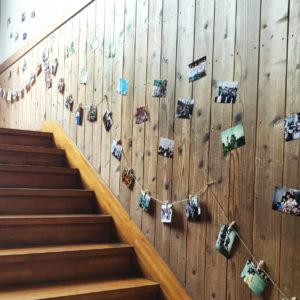 木目が美しい廊下には、新郎新婦のお写真が並びます