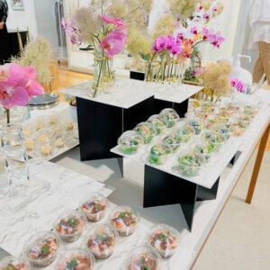 ピンクの生花が華やかにテーブルを彩ります